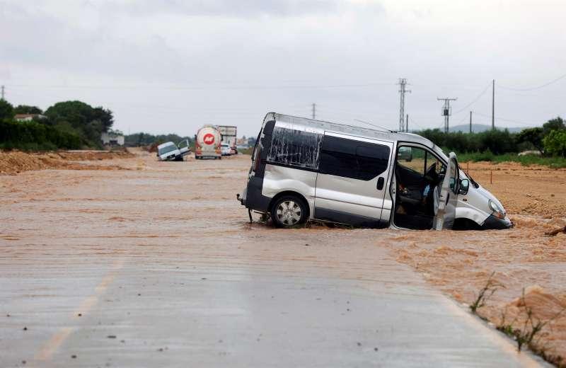 Vehículos atrapados por las lluvias en la provincia de Castellón. EFE/ Domenech Castelló