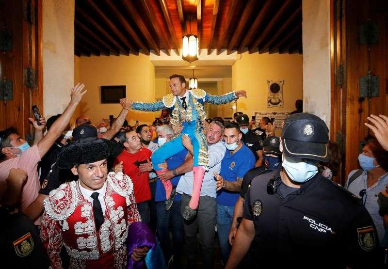 Sale por la puerta grande en la última corrida de la Feria de Hogueras de San Juan 2021. EFE/Manuel Lorenzo