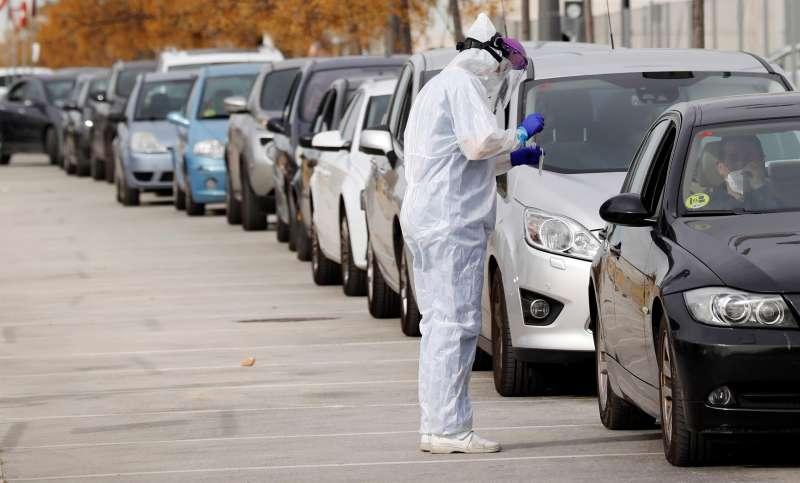 Imagen de archivo de una cola de coches para someterse a pruebas PCR en València.