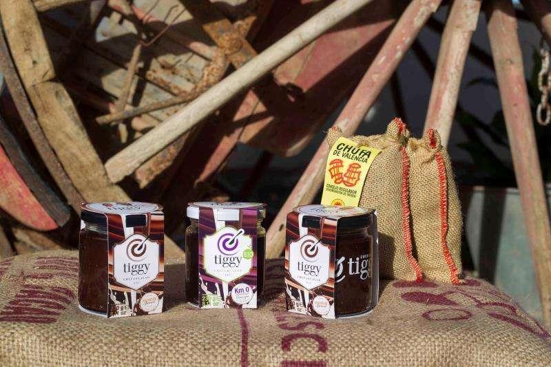 Las primeras dos cremas untables destinadas a la alimentación elaboradas con chufa de Valencia, una de ellas mezclada con cacao y la otra con pasta de algarroba, ambas con la marca Tiggy, en una imagen promocional.
