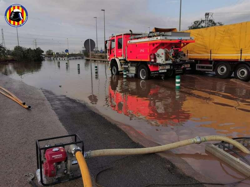 Imagen del Consorcio Provincial de Bomberos de Valencia de los trabajos de emergencia esta mañana en la comarca del Camp de Morvedre tras las lluvias torrenciales de esta madrugada en puntos como Sagunto y Canet. EFE