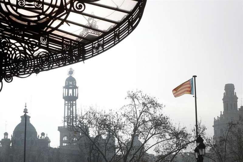 En la imagen, bruma en la plaza del Ayuntamiento de València. EFE/Kai Försterling