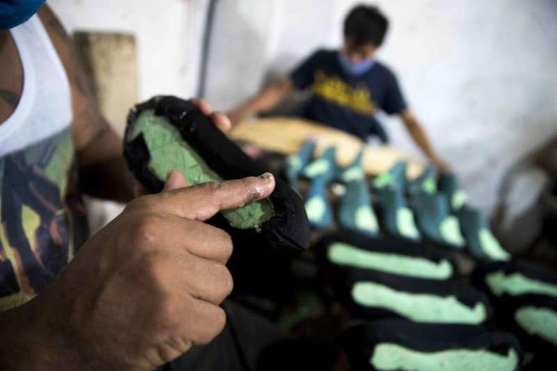 Artesanos del cuero trabajan en la fabricación de zapatos en una imagen de archivo. EFE