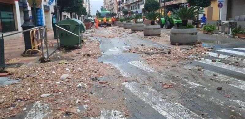 Tierra y piedras arrastradas por la lluvia invaden una vía de Cullera, en una imagen compartida en redes por el Ayuntamiento.