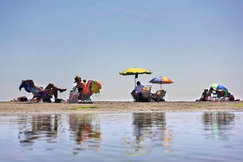 Vista de una playa valenciana este domingo. EFE/Manuel Bruque