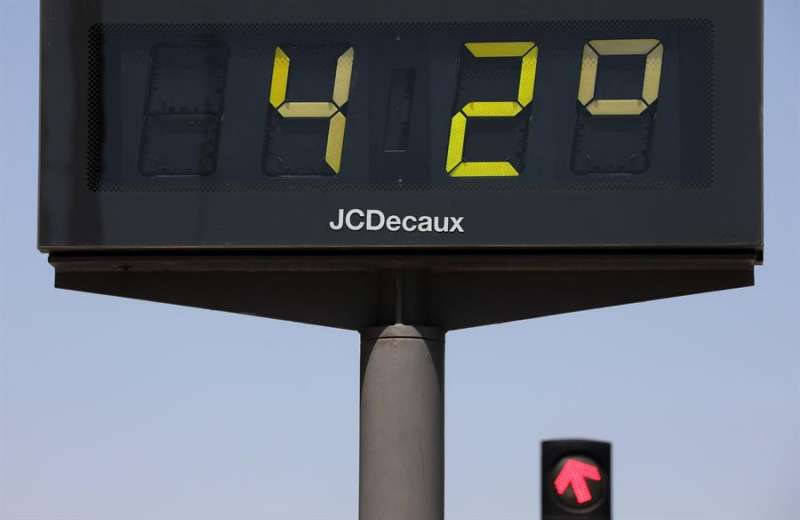 Un termómetro urbano que marca 42 grados centígrados en Valencia. EFE/Ana Escobar