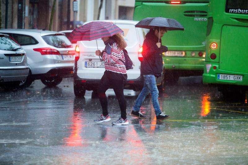Viandantes bajo la lluvia