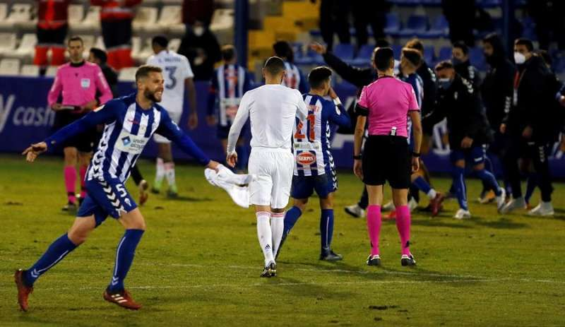 El defensa del Alcoyano, Raúl, celebra su pase a los octavos de la Copa del Rey tras derrotar el Real Madrid por 2-1 en el encuentro que han disputado en el estadio El Collao, en Alcoy (Alicante). EFE/ Manuel Lorenzo/Archivo