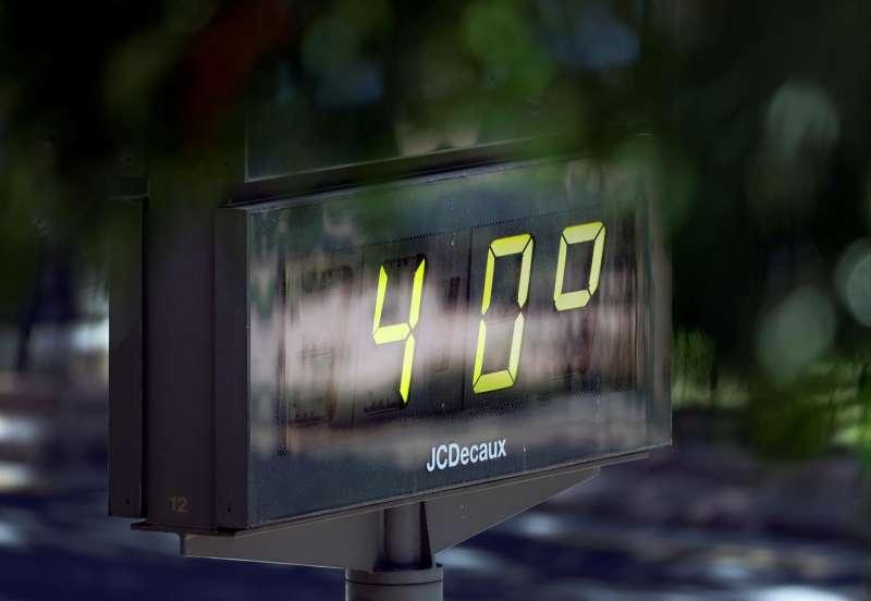 Detalle de un termómetro que marca 40 grados