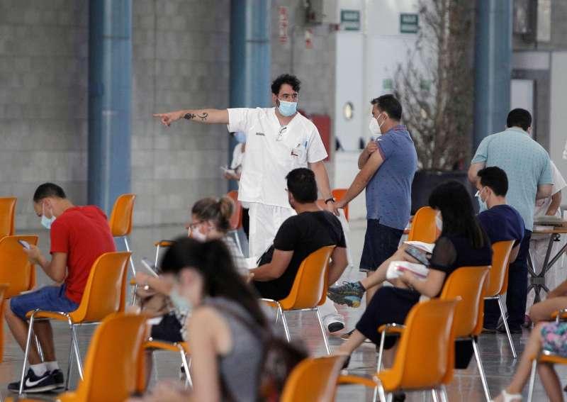 Varias personas esperando a vacunarse en la Institución Ferial Alicantina (IFA) de Elche, (Alicante).