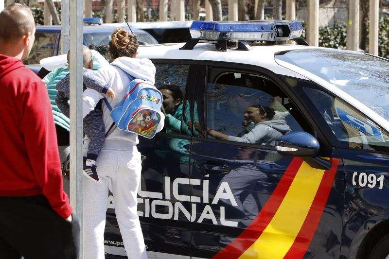 La Policía Nacional traslada a una pareja con un bebé. EFE/Archivo